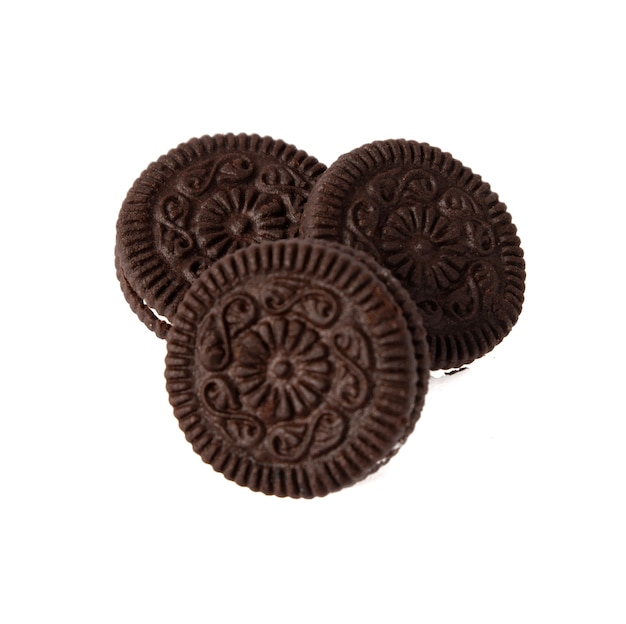 Smaczne czekoladowe ciasteczka z kremem na białym tle