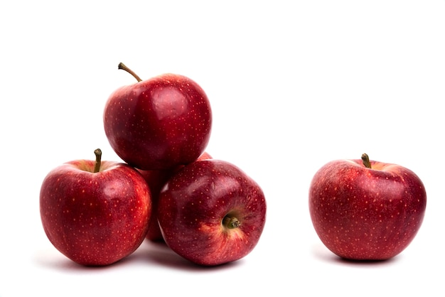 Smaczne czerwone jabłka na białym tle.