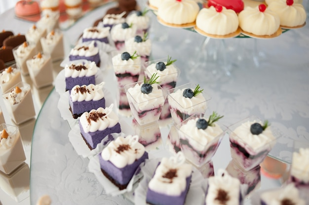 Smaczne dekoracje ślubne. batonik. słodki stolik