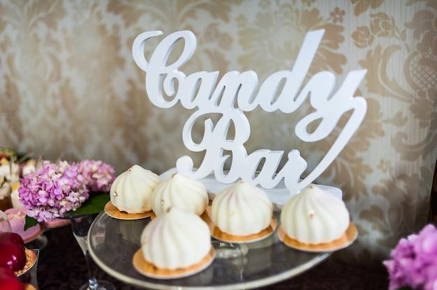 Smaczne dekoracje ślubne lub urodzinowe. batonik. słodki stolik