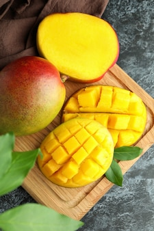 Smaczne dojrzałe owoce mango na czarnym stole smokey