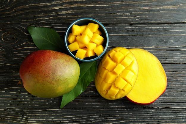 Smaczne dojrzałe owoce mango na drewnianym stole