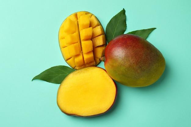 Smaczne dojrzałe owoce mango na powierzchni mięty