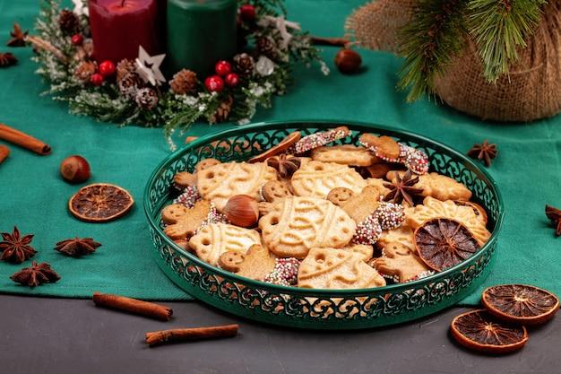 Smaczne domowe ciasteczka świąteczne w zielonym talerzu.