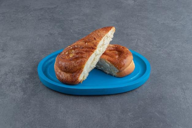 Smaczne domowe ciasto na niebieskim talerzu.