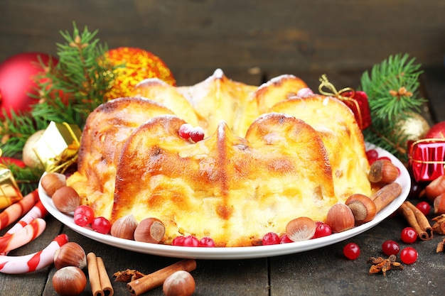 Smaczne domowe ciasto świąteczne, na szarym drewnianym tle