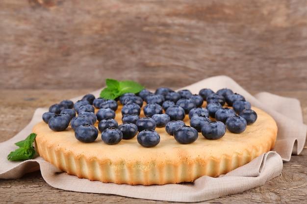 Smaczne domowe ciasto z jagodami na drewnianym stole