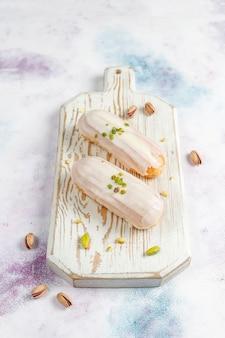 Smaczne domowe eklerki pistacjowe z białą czekoladą.