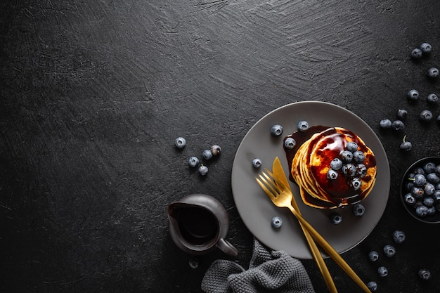 Smaczne domowe naleśniki z sosem i jagodami