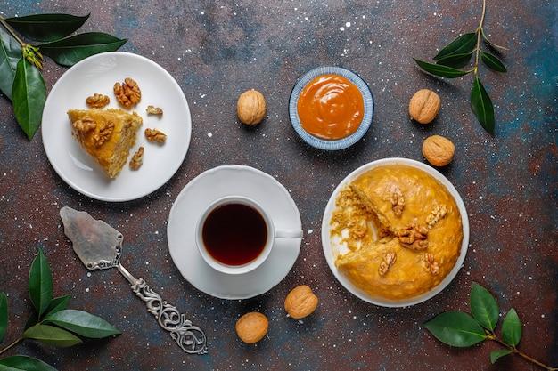 Smaczne domowe radzieckie tradycyjne ciasto anthill z orzechami włoskimi, skondensowanym mlekiem i ciasteczkami