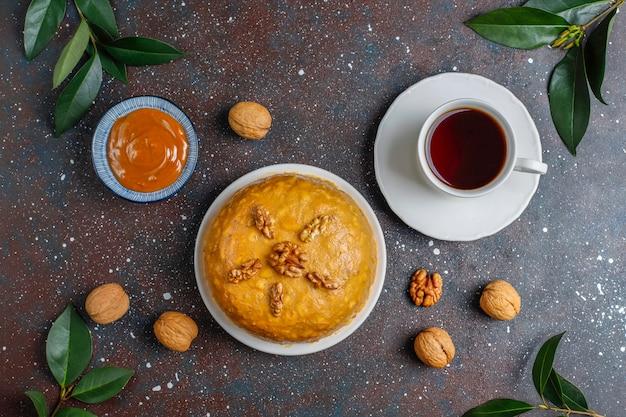 Smaczne domowe radzieckie tradycyjne ciasto anthill z orzechami włoskimi, skondensowanym mlekiem i ciastkami