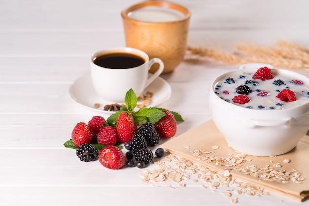 Smaczne domowe śniadanie z płatkami zbożowymi i kawą