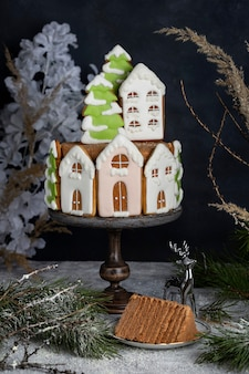 Smaczne domowe świąteczne ciasto miodowe z piernikowymi dekoracjami