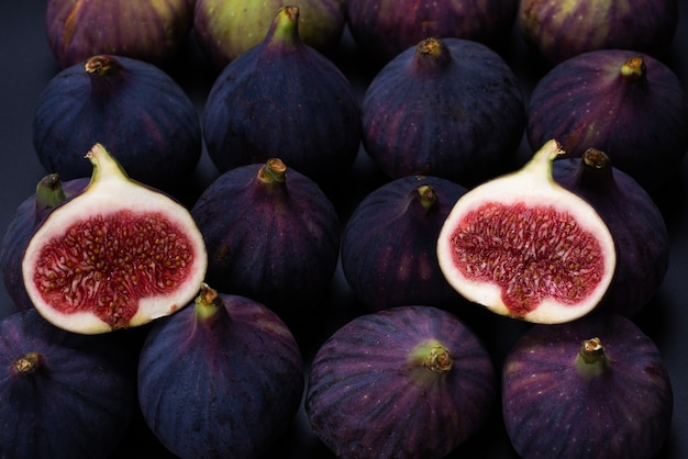 Smaczne figi na czarnej powierzchni