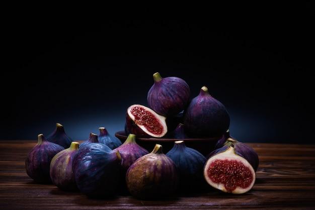 Smaczne figi na czarnym tle