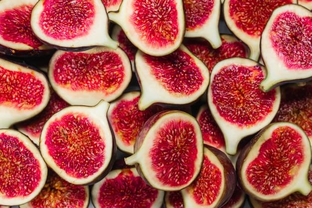 Smaczne figi na drewnianym stole