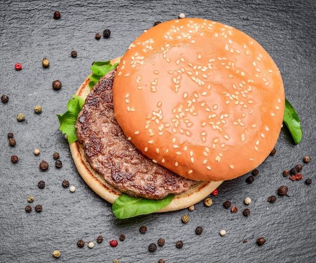 Smaczne hamburgery z grilla z wołowiną.