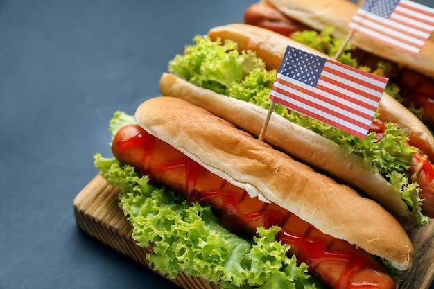 Smaczne hot dogi z amerykańskimi flagami na pokładzie