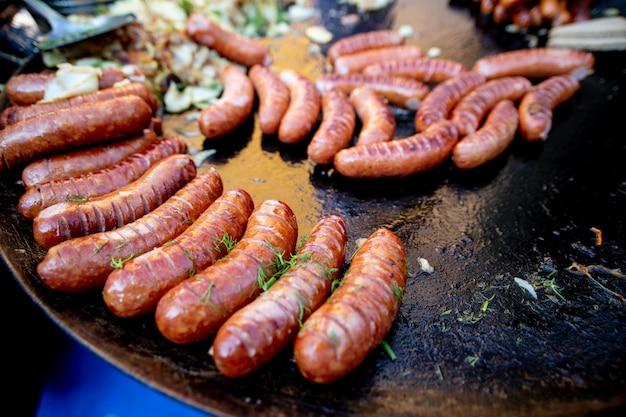 Smaczne i soczyste kiełbaski mięsne są grillowane