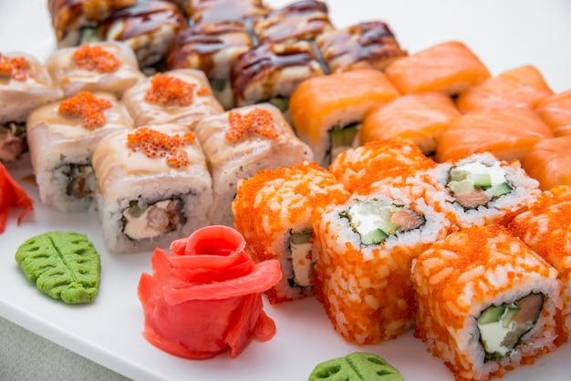 Smaczne i zdrowe jedzenie. zestaw sushi, japońskie jedzenie