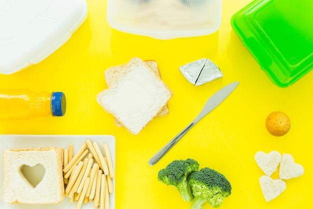 Smaczne jedzenie i lunchboxes wokół toast