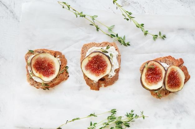 Smaczne kanapki z figą na świetle