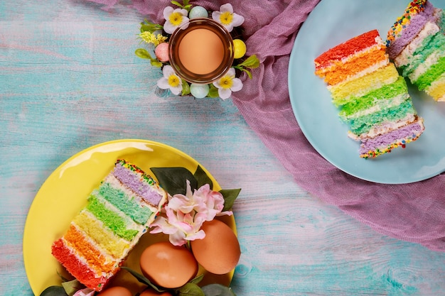 Smaczne kawałki kolorowego ciasta i brązowe jajka na przyjęcie wielkanocne.