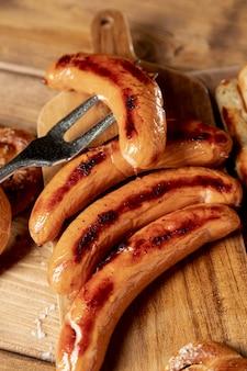 Smaczne kiełbaski z grilla na stole