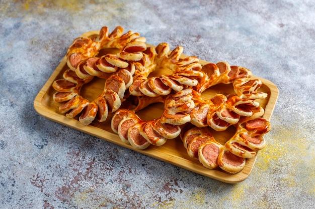 Smaczne kiełbaski zawijane w ciasto francuskie.
