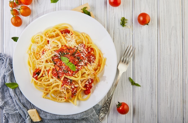 Smaczne klasyczne włoskie spaghetti z sosem pomidorowym