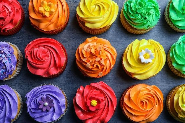 Smaczne kolorowe babeczki na stole