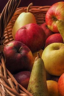 Smaczne kolorowe gruszki i jabłka