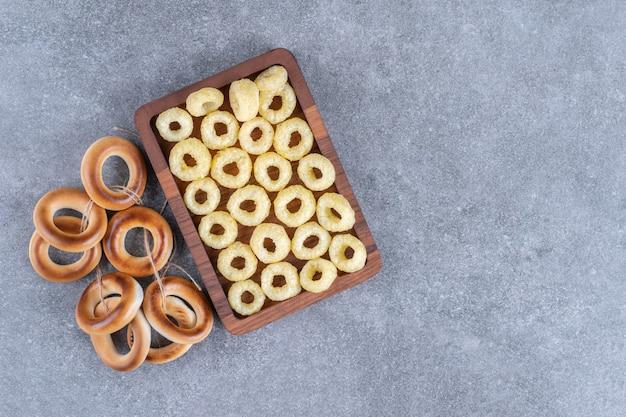 Smaczne krakersy okrągłe na drewnianym talerzu