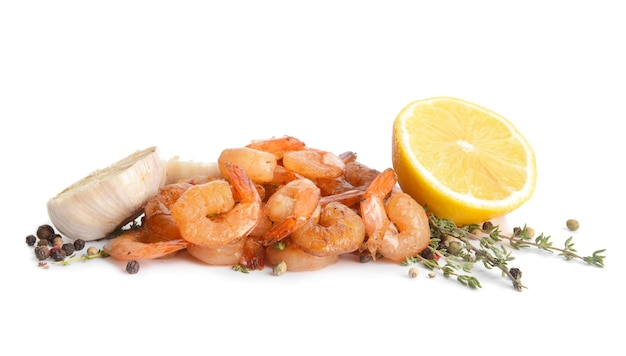 Smaczne krewetki, czosnek, cytryna i tymianek na białym tle