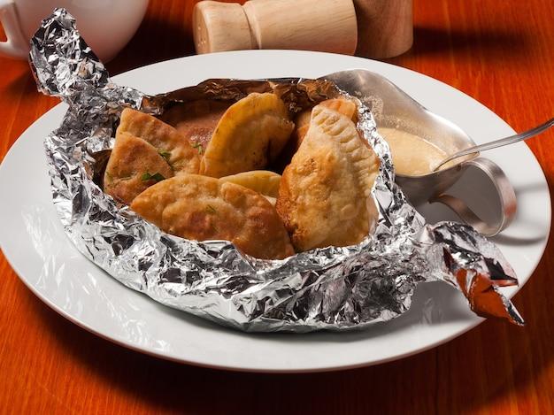 Smaczne małe placki z mięsem lub posikunchiki z kurczaka z sosem musztardowym