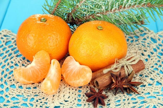 Smaczne mandarynki na serwetce na niebieskim tle