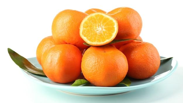 Smaczne mandarynki na talerzu na białym tle