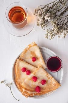 Smaczne naleśniki świeże raspberrie. koncepcja śniadania. widok z góry