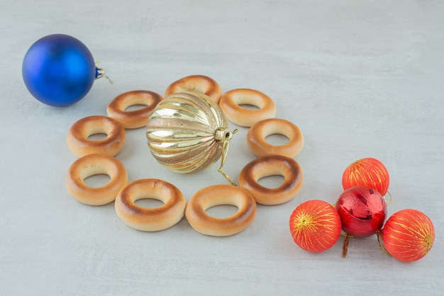 Smaczne okrągłe słodkie ciasteczka z kolorowymi bombkami na białym tle. wysokiej jakości zdjęcie
