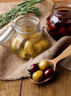 Smaczne oliwki na drewnianym stole