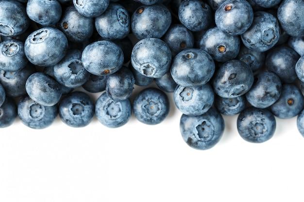 Smaczne owoce borówki są rozrzucone na białym tle