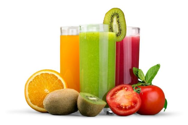 Smaczne owoce i sok z witaminami na tle