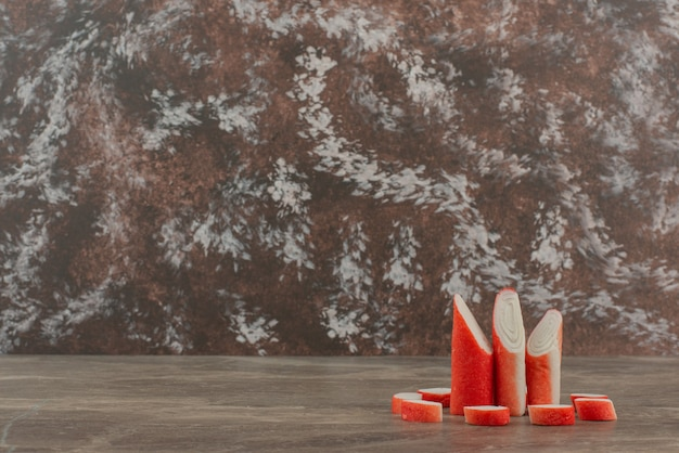 Smaczne paluszki krabowe na marmurowym tle.