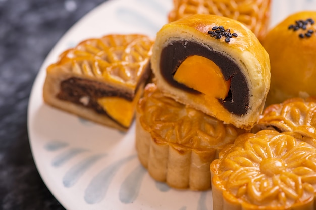 Smaczne pieczone ciasto z żółtkiem jaja księżyc na święto środka jesieni na czarnym tle łupków