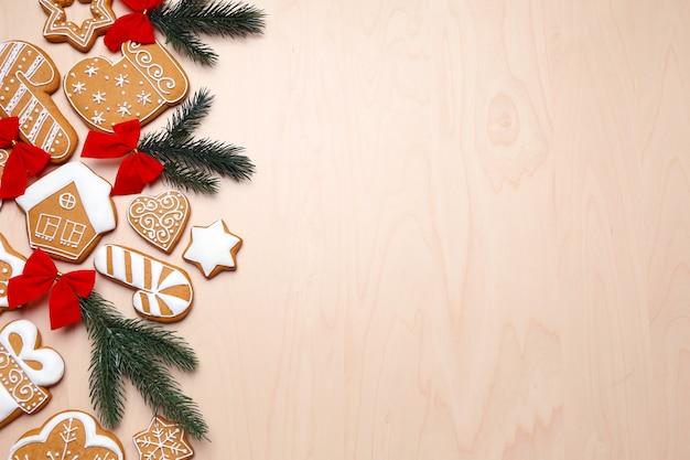 Smaczne pierniki i świąteczne dekoracje na drewnianym tle