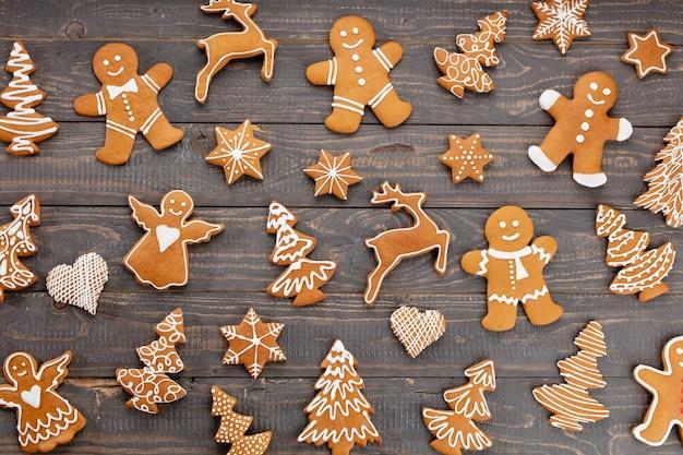 Smaczne pierniki i świąteczny wystrój na drewniane tła.