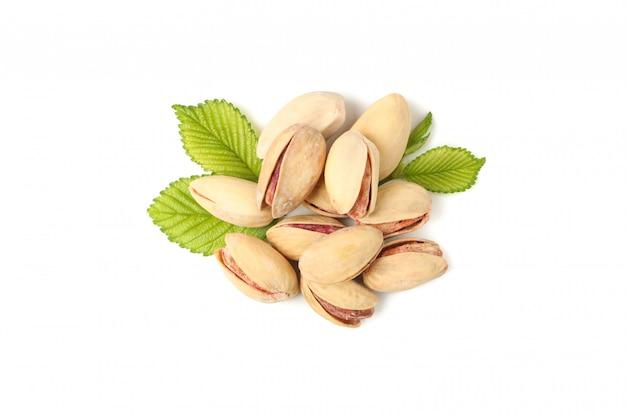 Smaczne pistacje na białym tle. żywność witaminowa