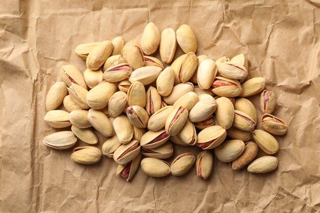 Smaczne pistacje na tle papieru do pieczenia. żywność witaminowa