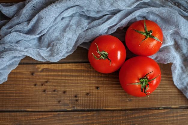 Smaczne pomidory i przyprawy. widok z góry.