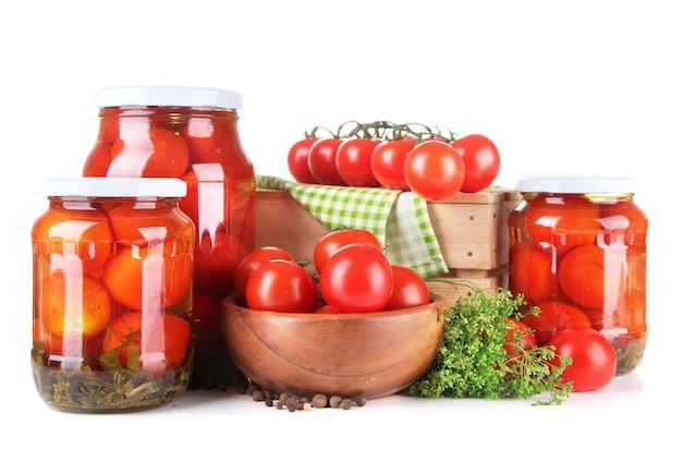Smaczne pomidory w puszkach i świeże, na białym tle
